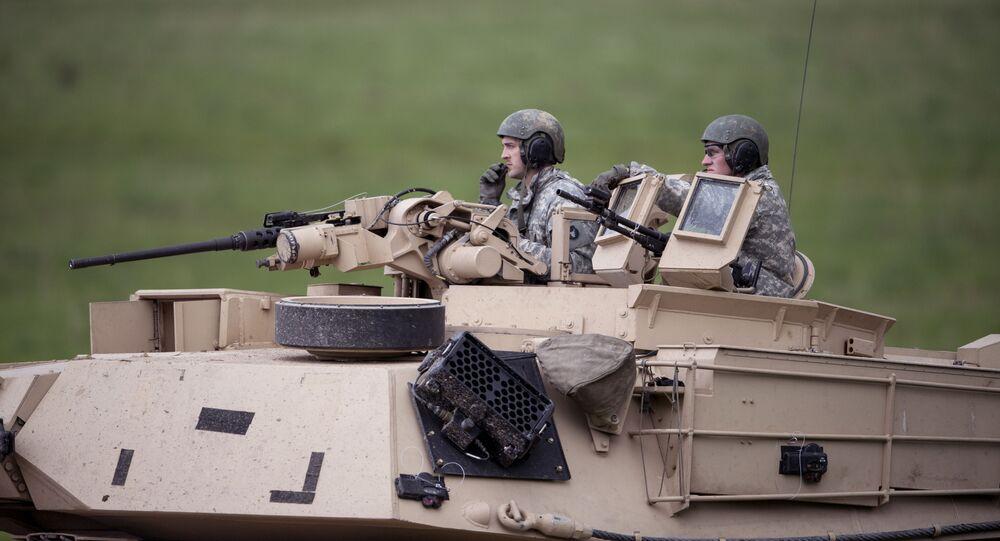 Militares suecos em um tanque durante preparações para manobras Aurora 17