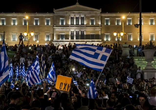 Manifestantes comemoraram em Atenas a vitória do não no referendo do último domingo