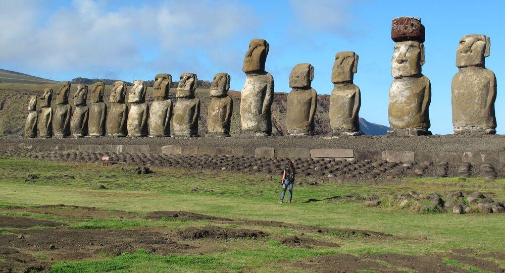 Foto de 15 estátuas da Ilha de Páscoa. A maior estátua da ilha tem plataforma de 219 metros e pesa cerca de 92 toneladas