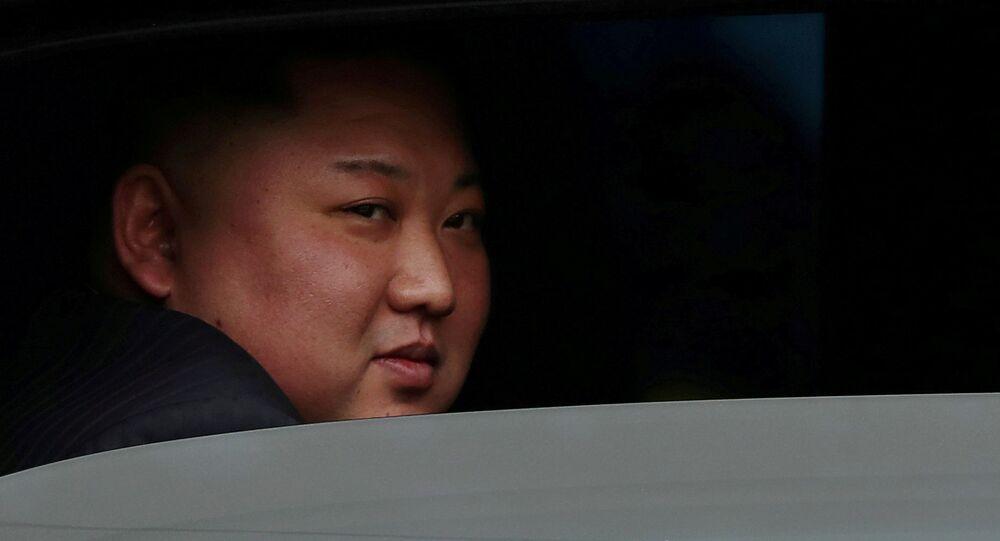 Líder da Coreia do Norte em veículo após encontro com o líder dos EUA, Donald Trump, em fevereiro. Diplomacia bilateral não apresentou resultados concretos em 2019