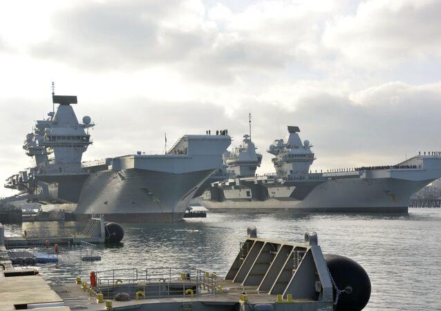 Porta-aviões HMS Queen Elizabeth chega ao porto em Porsmouth
