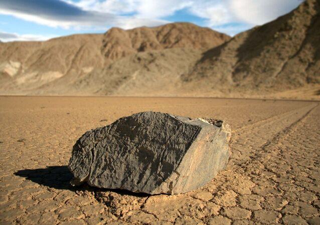 Pedras que andam no lago seco de Racetrack Playa, no Vale da Morte, Califórnia, EUA