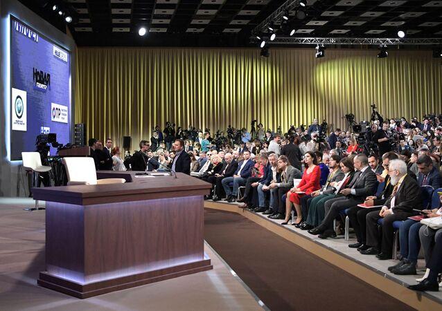 Jornalistas antes do início da 15ª coletiva de imprensa do presidente russo, Vladimir Putin, no Centro de Comércio Internacional de Moscou