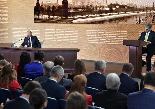Presidente da Rússia, Vladimir Putin, e porta-voz do presidente, Dmitry Peskov
