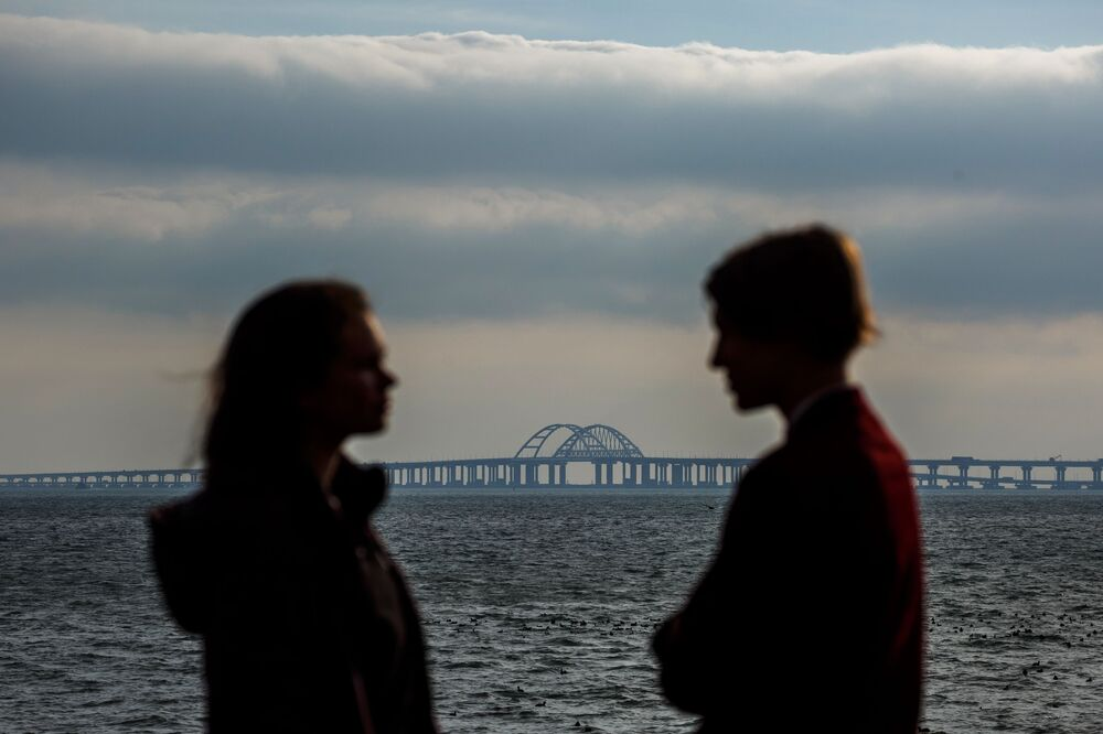 Jovens em frente à Ponte da Crimeia