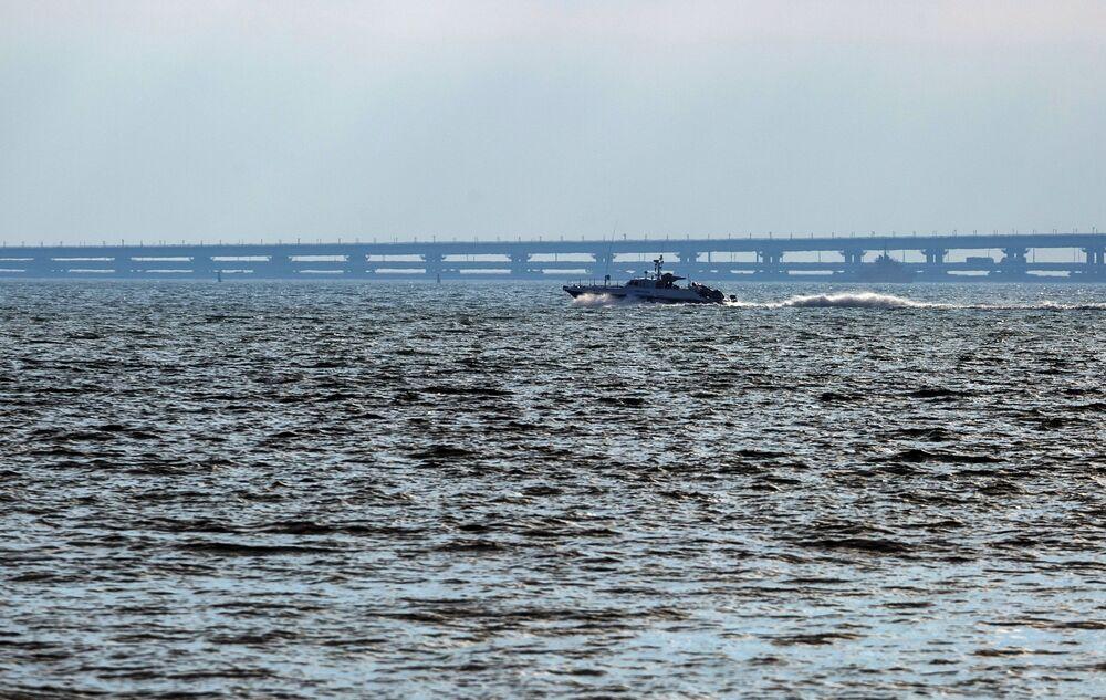 Barco-patrulha perto da Ponte da Crimeia