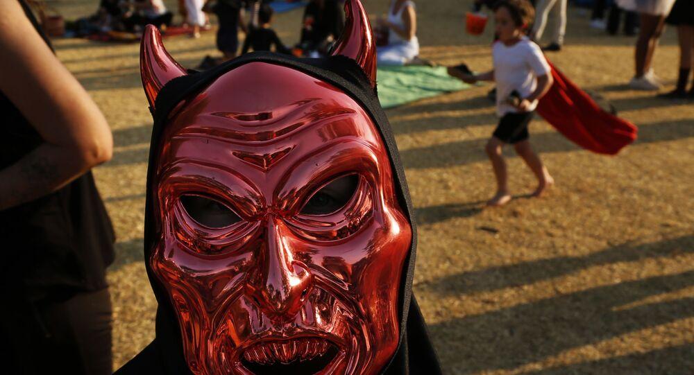 Criança veste máscara de Halloween na África do Sul