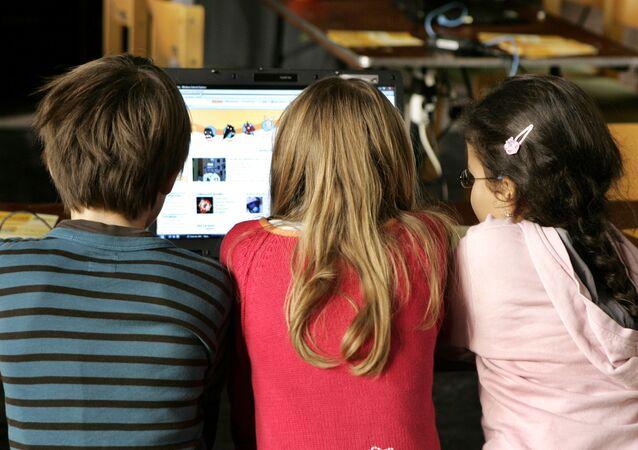 Ciranças observam tela de computador na Alemanha (foto de arquivo)