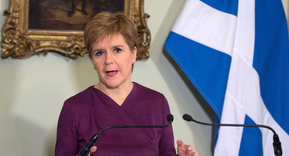 Premiê escocesa Nicola Sturgeon fala com a imprensa em Edimburgo