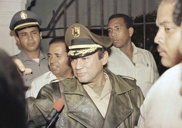 Manuel Antonio Noriega em seu palácio presidencial na cidade do Panamá