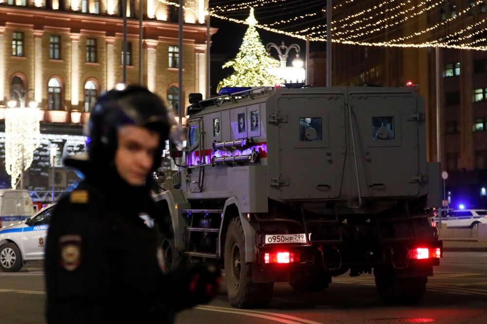 Funcionários da polícia em frente ao prédio do FSB, no centro de Moscou