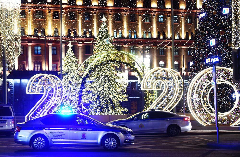 Carros de polícia perto do edifício do FSB na Praça Lubyanskaya, em Moscou, onde ocorreu o tiroteio