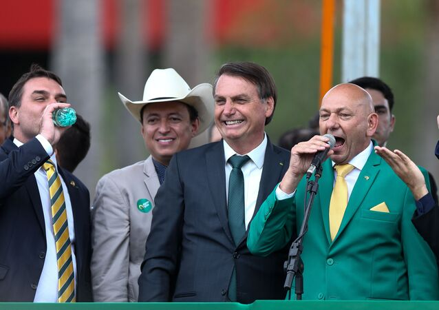 O presidente Jair Bolsonaro acompanhado do senador Flávio Bolsonaro (PSL-RJ) e do fundador da Havan, Luciano Hang, durante 1ª Convenção Nacional do partido Aliança pelo Brasil, realizada no Royal Tulip, em Brasília