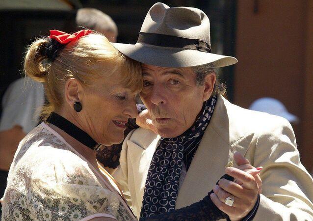 Casal de idosos dançando tango (foto de arquivo)