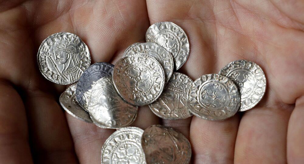 Moedas de prata de mais de 1.000 anos em exposição no Museu Britânico, em Londres