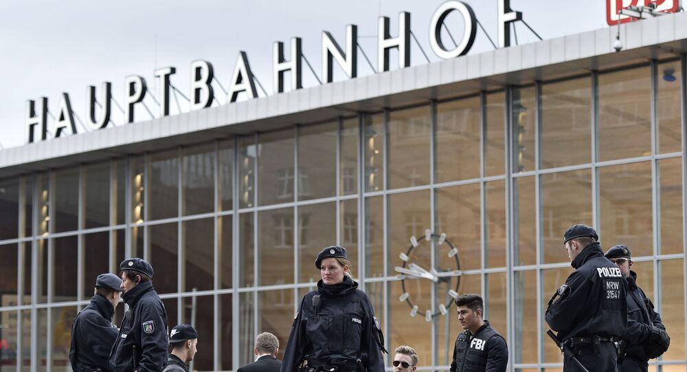 Policiais em frente a estação de trem na cidade alemã de Colônia durante o carnaval da cidade