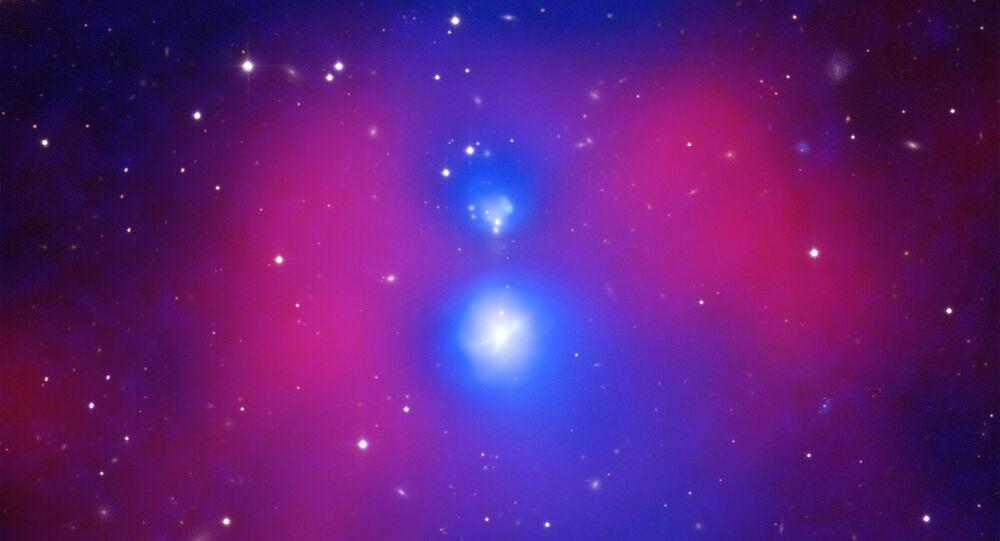 Imagem composta da colisão de duas galáxias no sistema NGC 6338 feita de observações conjuntas da NASA e da ESA