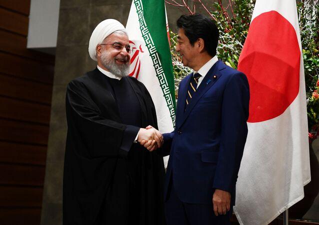 Líder iraniano Hassan Rouhani ao lado do premiê japonês Shinzo Abe em Tóquio