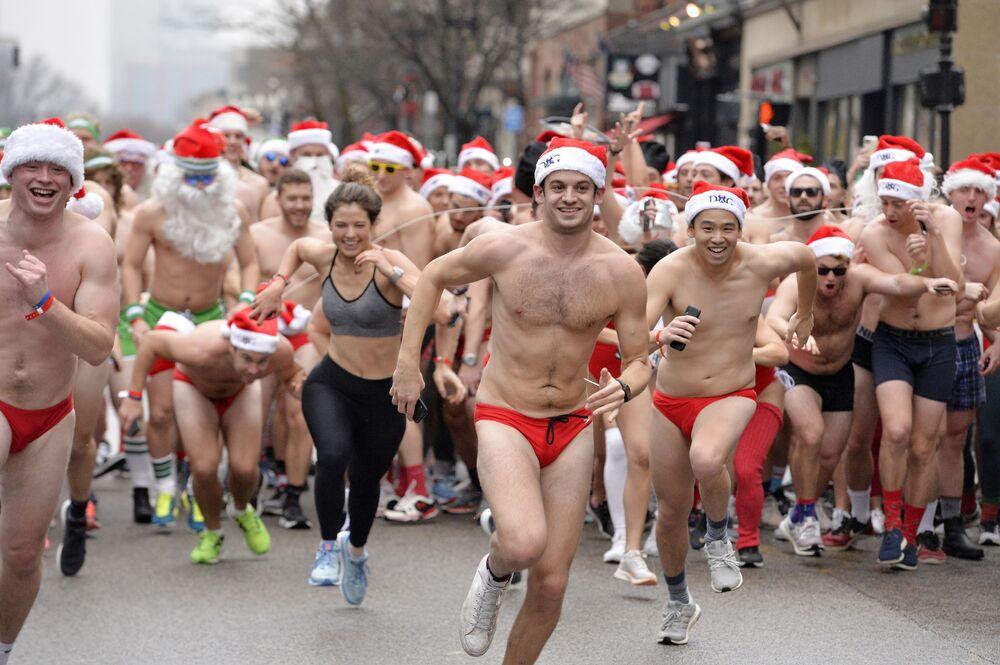 Participantes da corrida de caridade Santa Speedo Run