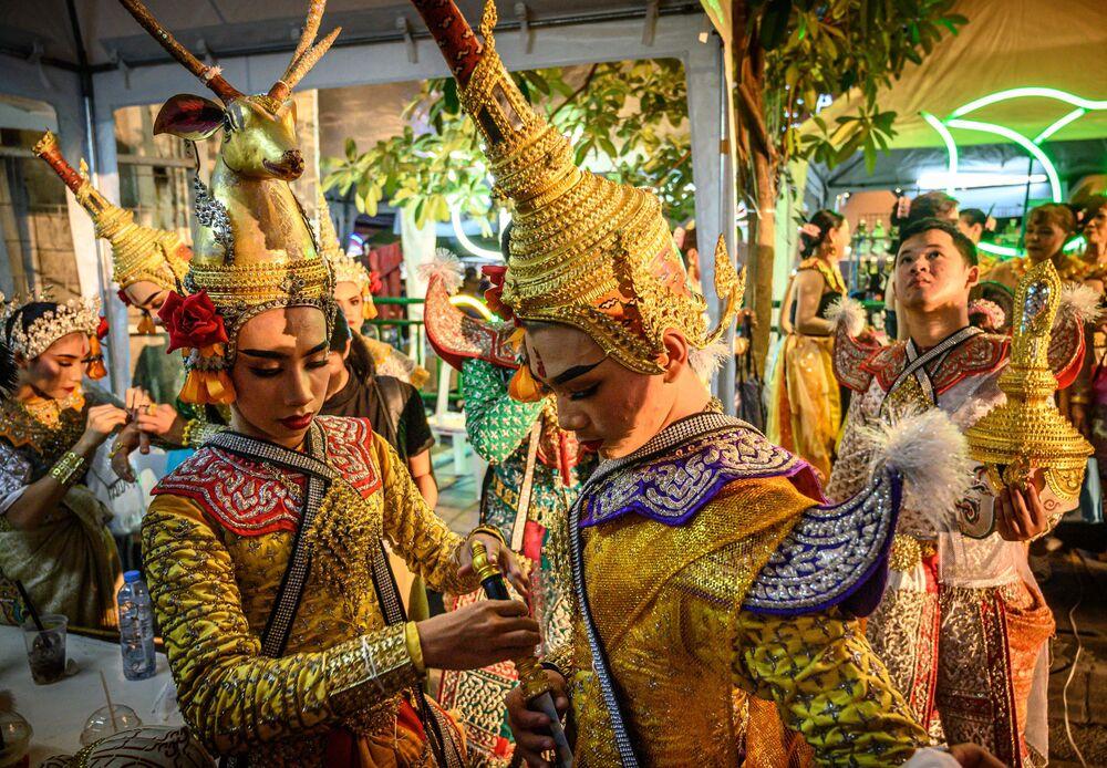 Dançarinos tailandeses em trajes nacionais se preparando para o espetáculo