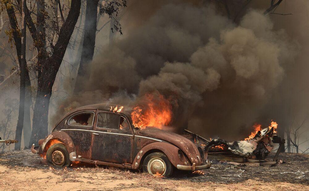 Carro queimado por incêndio florestal na Austrália