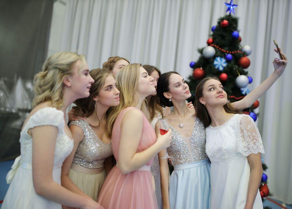 Jovens tiram selfie durante o baile de Ano Novo na Academia Presidencial de Cadetes em Krasnodar, Rússia