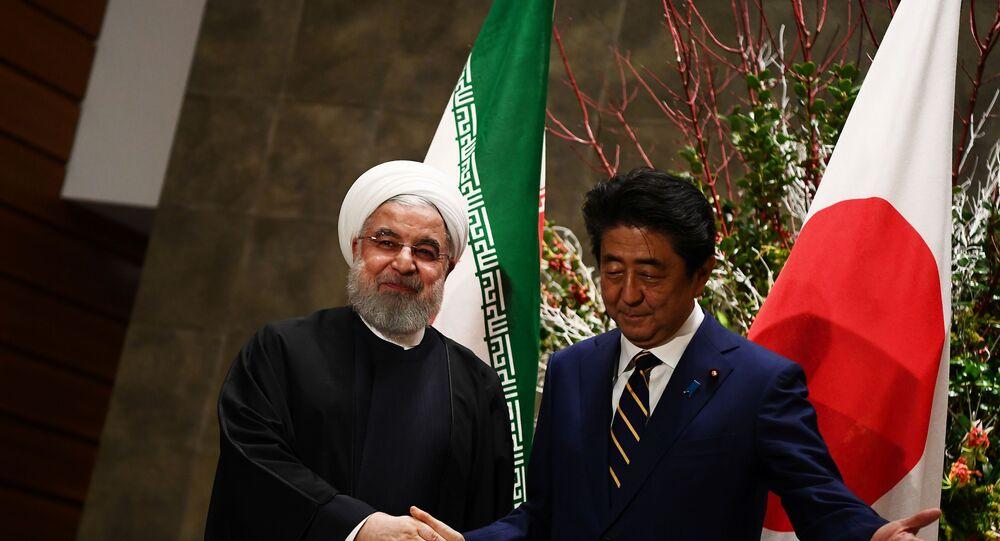 O presidente do Irã, Hassan Rouhani (à esquerda), e o primeiro-ministro do Japão, Shinzo Abe (à direita), durante visita do iraniano a Tóquio em 20 de dezembro de 2019.