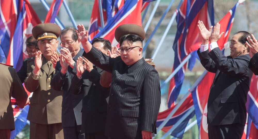 Presidente norte-coreano Kim Jong-un durante cerimônia de abertura de um novo complexo residencial em Pyongyang, Coreia do Norte