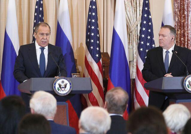 O ministro das Relações Exteriores da Rússia, Sergei Lavrov (à esquerda) e o secretário de Estado dos Estados Unidos, Mike Pompeo (à direita) durante encontro nos EUA.