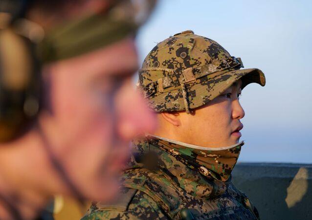 Membros das forças especiais de Coreia do Sul e EUA realizam exercícios conjuntos na base aérea de Gunsan