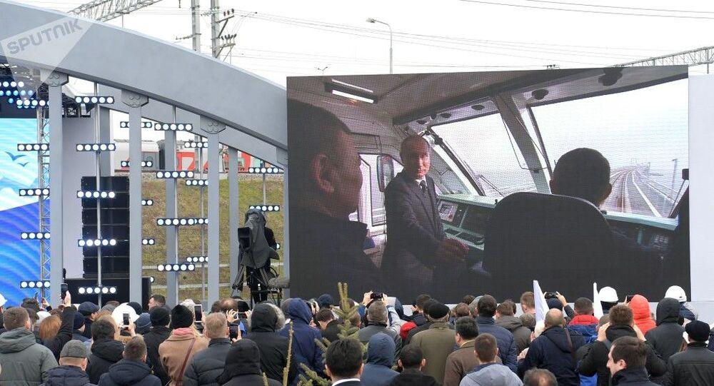 Vladimir Putin inaugura primeira viagem de trem na Ponte da Criméia