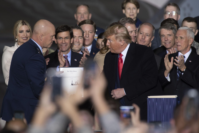 Presidente dos EUA, Donald Trump, assina a ato de criação da Força Espacial, em 20 de dezembro de 2019