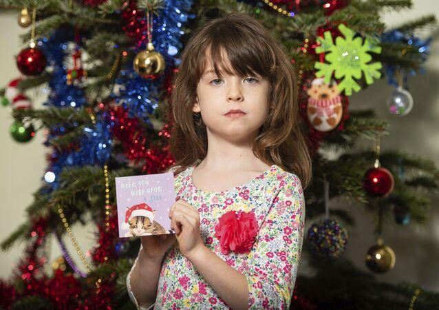 Menina de Londres encontrou um pedido de socorro escrito em postal de Natal por prisioneiros na China, em 22 de dezembro de 2019