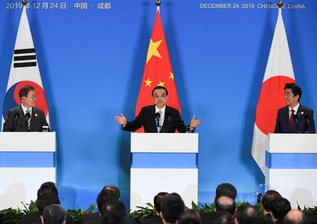 Líderes de Coreia do Sul, China e Japão falam durante conferência de imprensa conjunta, após encontro trilateral na cidade chinesa de Chengdu