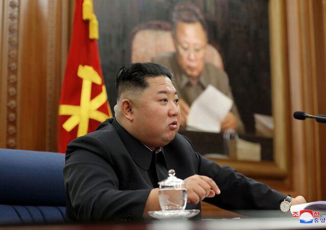 Líder da Coreia do Norte, Kim Jong-un, fala durante reunião do partido comunista da Coreia do Norte, em foto publicada pela agência de notícias KCNA, em 22 de dezembro de 2019