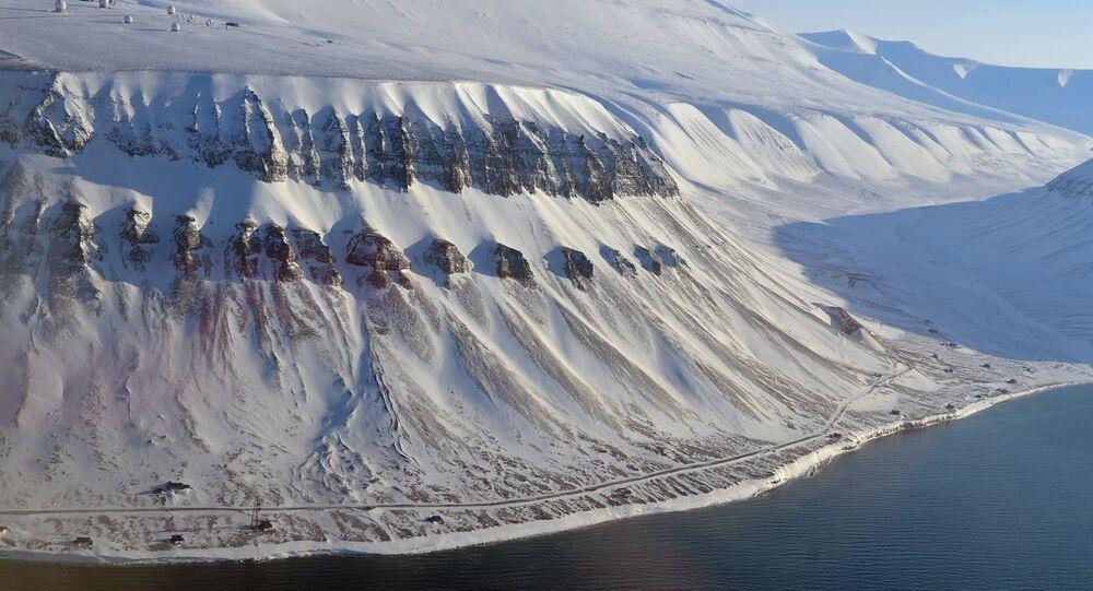 Vista das montanhas nevadas no arquipélago de Svalbard, na Noruega