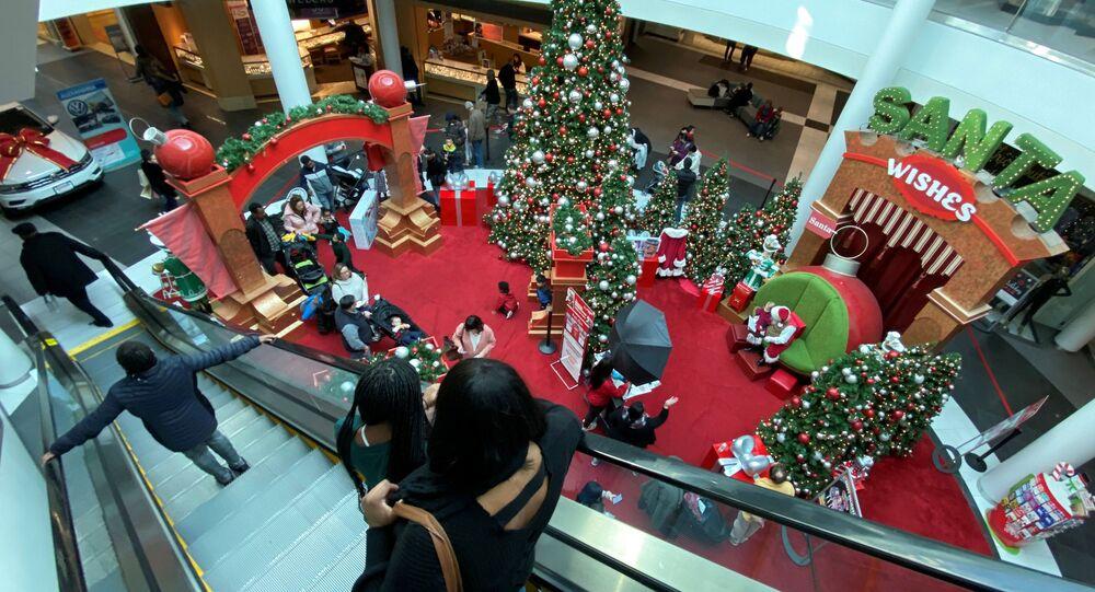 Famílias em fila para se encontrar com Papai Noel em shopping nos Estados Unidos
