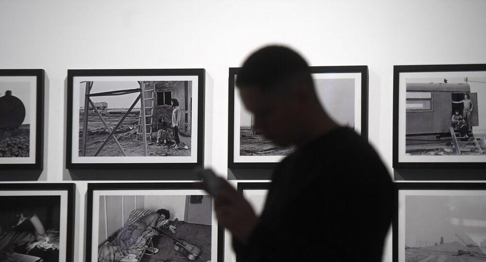 Visitante de uma exposição no museu de arte contemporânea Garazh em Moscou