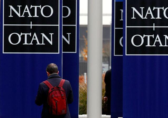 Um homem deixando a sede da OTAN em Bruxelas, 26 de novembro de 2019