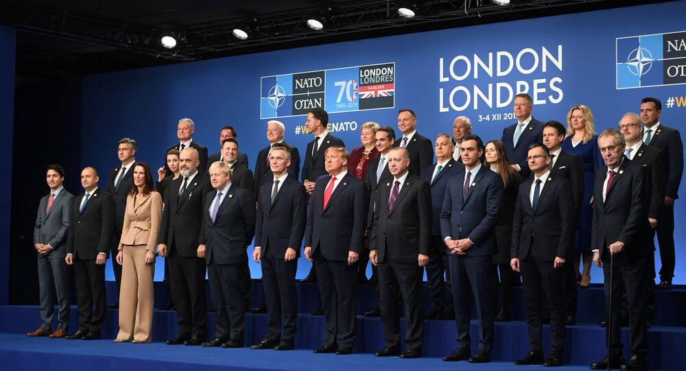 Os dirigentes da OTAN posando para a foto de família durante a cúpula anual dos chefes de Governo da Aliança, no Grove Hotel em Watford, Reino Unido, 4 de dezembro de 2019
