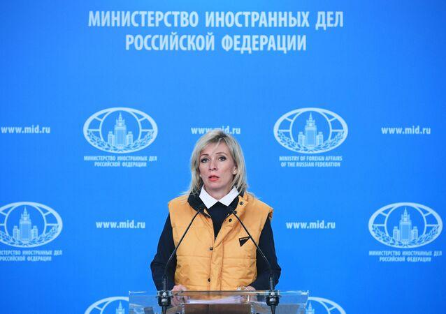 Representante oficial do Ministério das Relações Exteriores da Rússia, Maria Zakharova, vestindo colete da Sputnik em apoio aos jornalistas perseguidos pelas autoridades estonianas