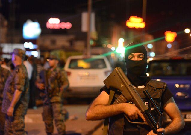 Forças de segurança da Tunísia vigiam estação de metrô após ataque terrorista em Tunes (arquivo)