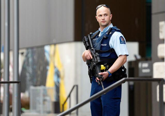 Policial faz a guarda na mesquita de Christchurch, na Nova Zelândia, após ataque terrorista motivado pela islamofobia ter matado 51 pessoas, em março de 2019