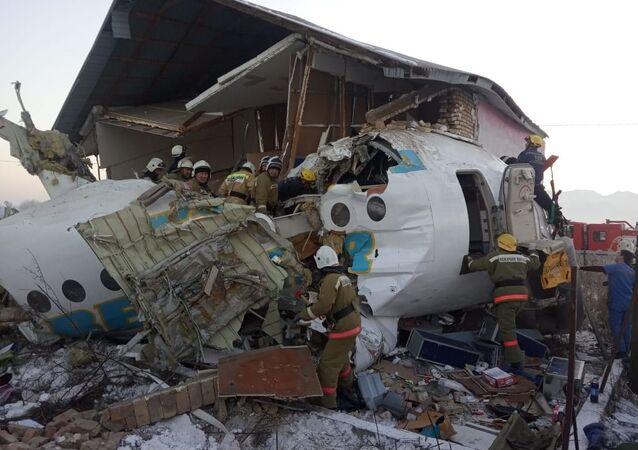 Membros do serviço de emergência e polícia no local da queda do avião Fokker 100