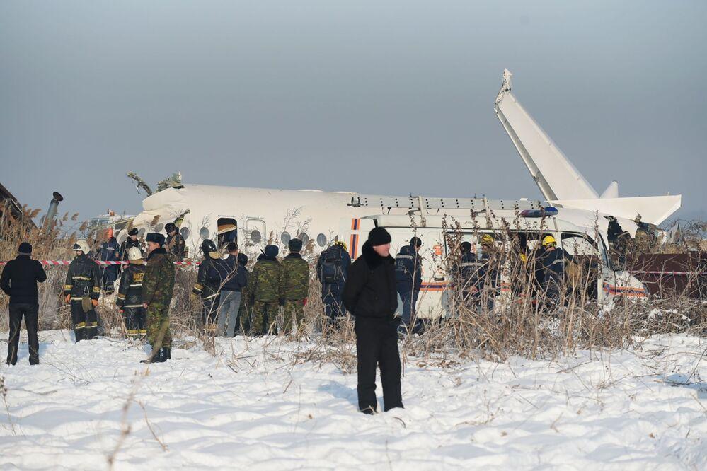 Equipe de resgate cerca a área do acidente do avião Fokker 100, que caiu na cidade de Almaty, no Cazaquistão