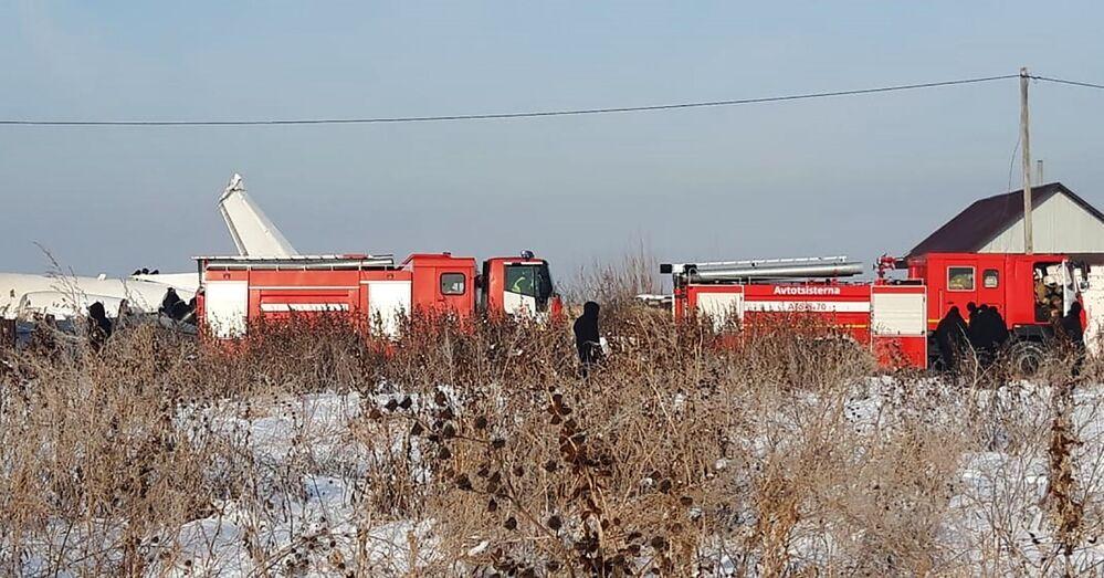 Veículos do serviço de emergência estacionados próximos ao local do acidente aéreo no Cazaquistão, 27 de dezembro de 2019