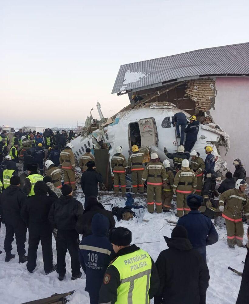 Casa atingida pela queda do avião Fokker 100, na cidade de Almaty, Cazaquistão