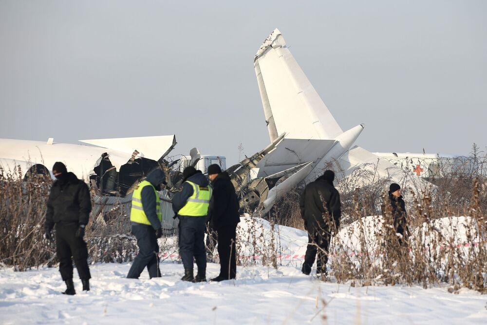 Parte traseira do avião cazaque Fokker 100, que sofreu uma queda na cidade de Almaty, no Cazaquistão