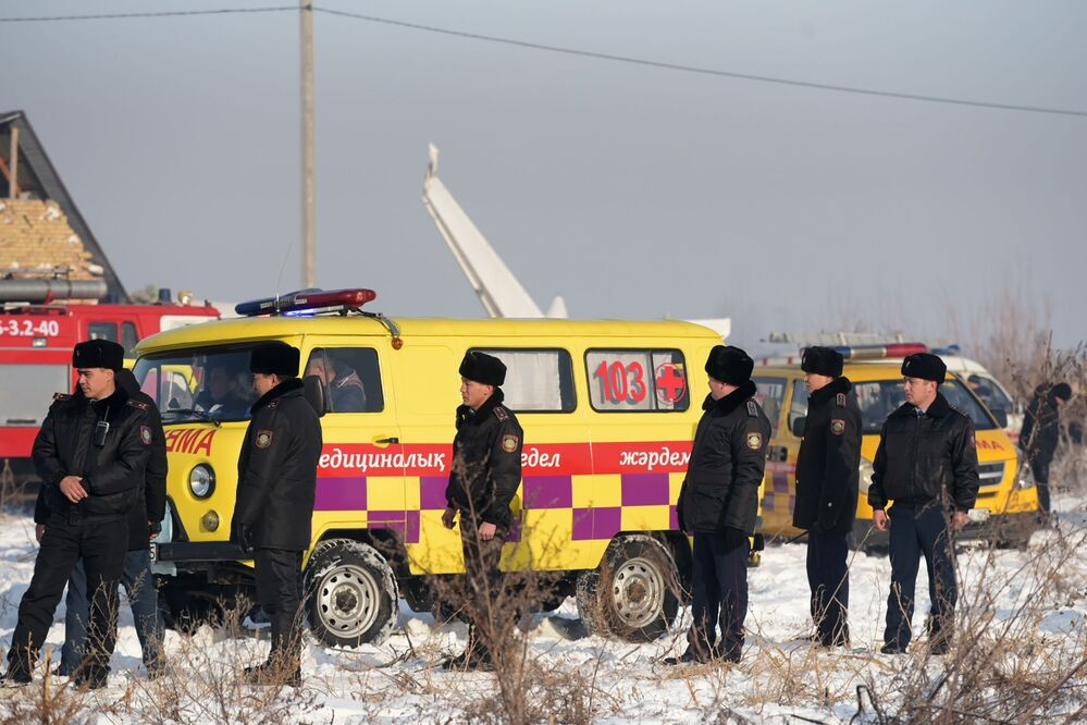Polícia e ambulância no local da queda do avião Fokker 100, no Cazaquistão, 27 de dezembro de 2019