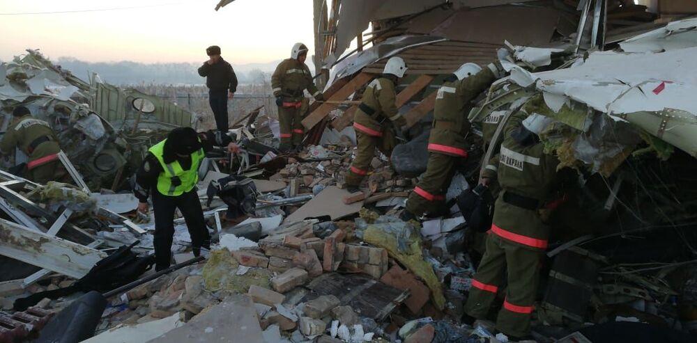 Equipe de resgate vasculha destroços do avião Fokker 100, que se acidentou no Cazaquistão no dia 27 de dezembro de 2019